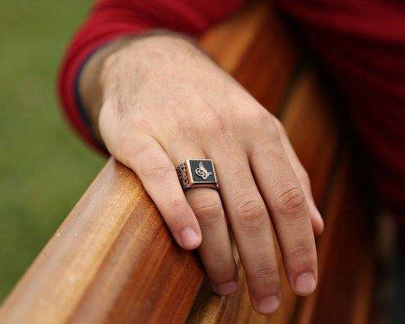 925 Ayar Gümüş Oniks Taş Üzerine Tuğra Desenli Erkek Yüzük - Thumbnail