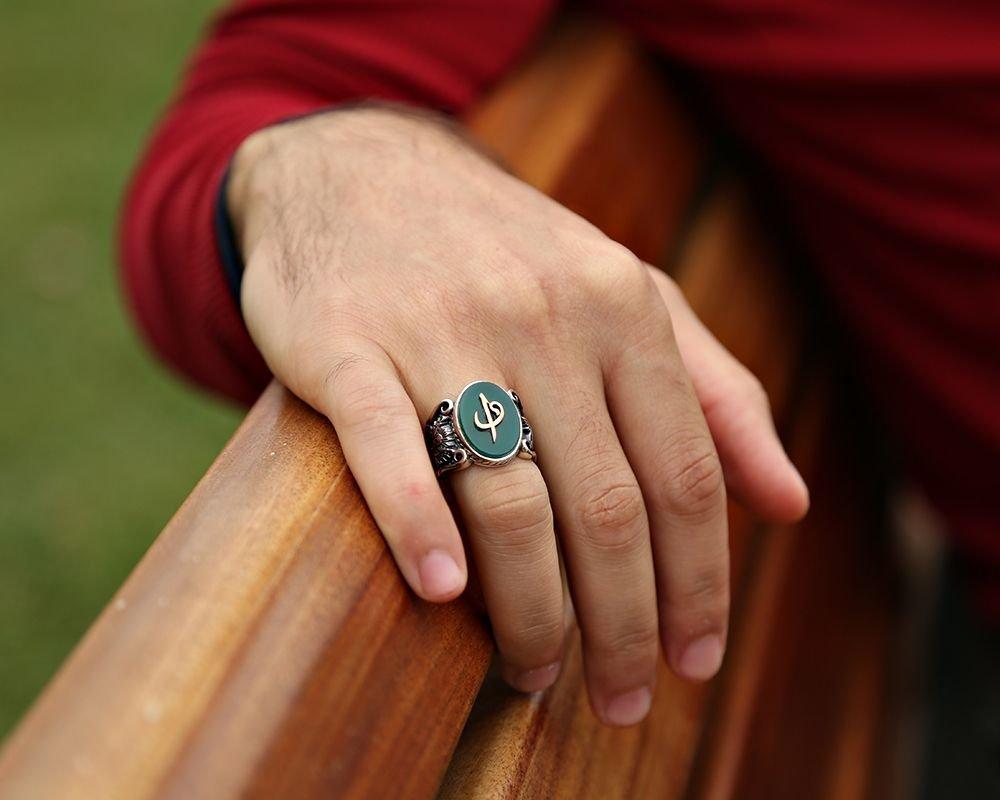 925 Ayar Gümüş Yeşil Akik Üzerine Elif Vav Kabartmalı Yüzük