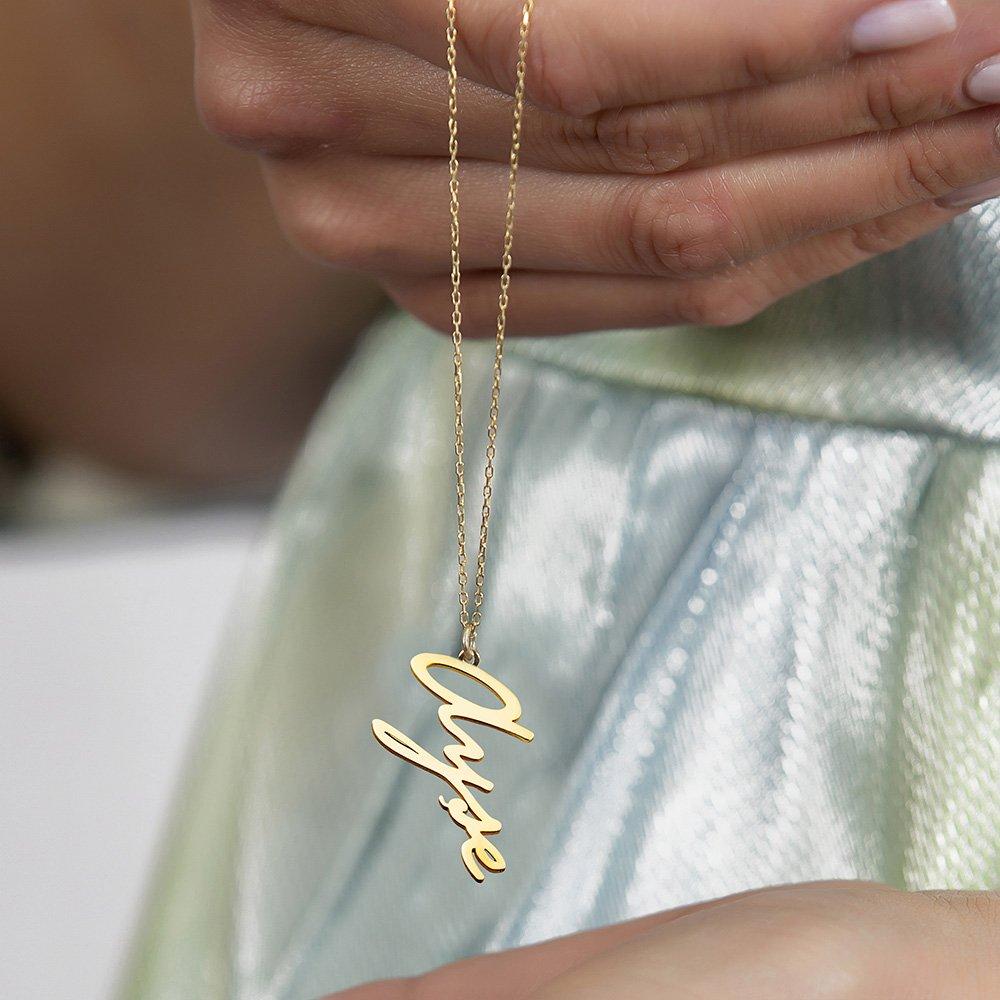 Dikey Tasarım Kişiye Özel İsim Yazılı Gold Renk 925 Ayar Gümüş Bayan Kolye