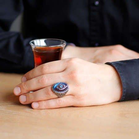 Mavi Kehribar İçine Kilim Deseni İşlemeli 925 Ayar Gümüş Erkek Yüzük - Thumbnail