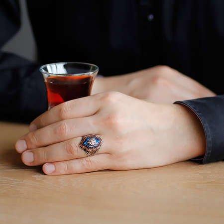 Mavi Kehribar Üzerine Arma İşlemeli Altıgen Tasarım 925 Ayar Gümüş Erkek Yüzük - Thumbnail