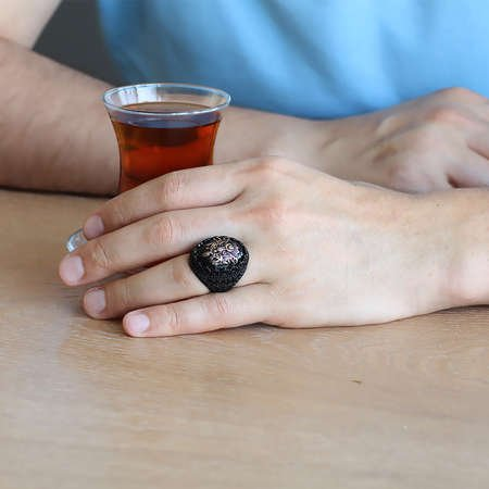 Oniks Taş Üzeri Kabartma Arma Motifli Siyah 925 Ayar Gümüş Erkek Yüzük - Thumbnail