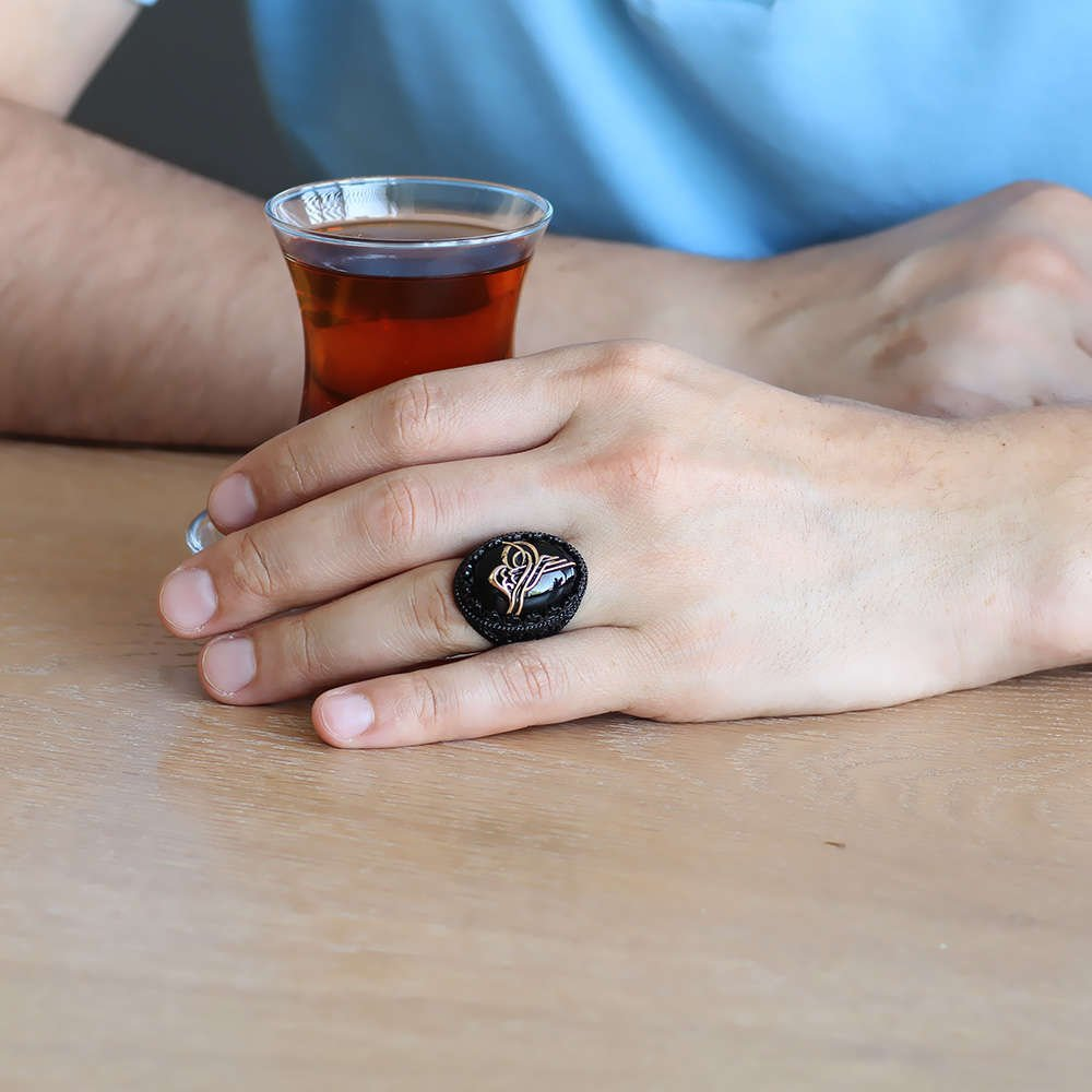 Oniks Taş Üzeri Kabartma Tuğra Motifli Siyah 925 Ayar Gümüş Erkek Yüzük