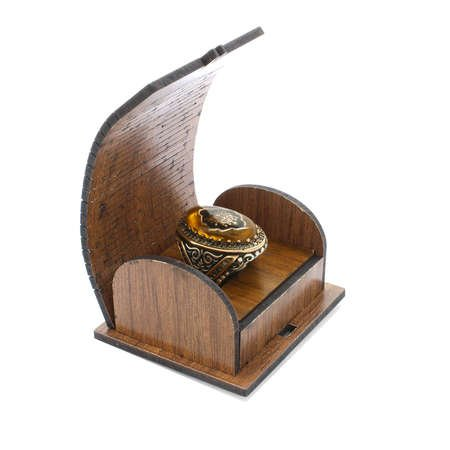 Sarı Kehribar İçine Arma İşlemeli 925 Ayar Gümüş Erkek Yüzük - Thumbnail