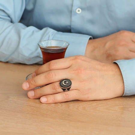 Siyah Oniks Taş Üzeri Kabartma Ayyıldız Motifli 925 Ayar Gümüş Erkek Yüzük - Thumbnail